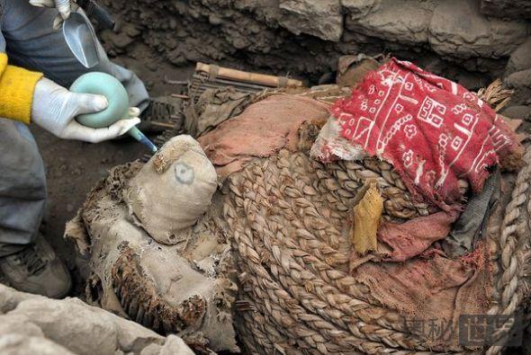 考古人员清理现场