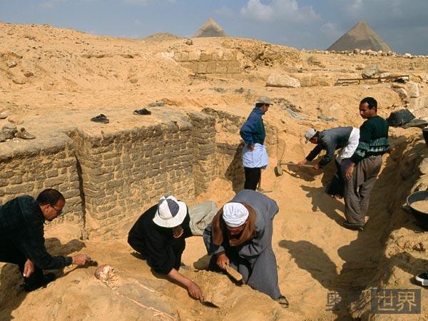 工作中的考古人员