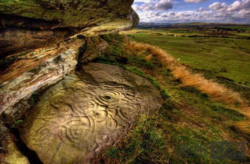英国发现新石器时代的神秘岩雕
