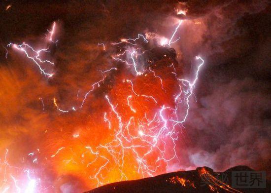 火山喷发伴随着闪电