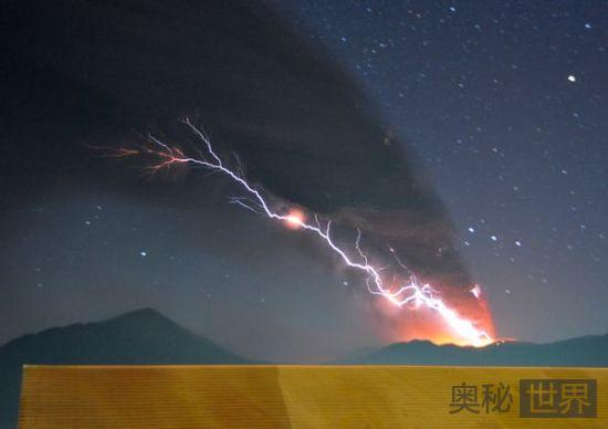 火山上空闪电如触须