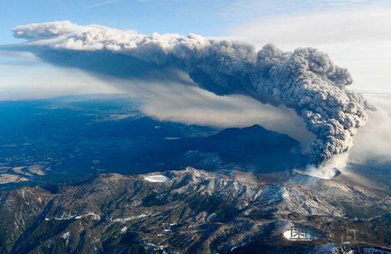 火山灰向四周扩散