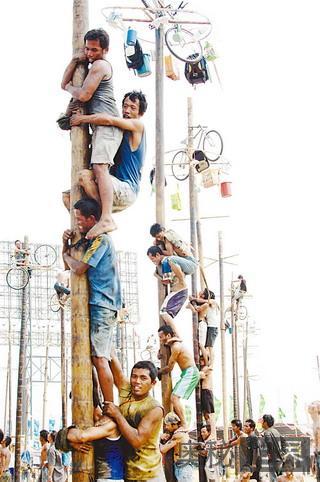 印尼人最爱的爬棕榈树比赛