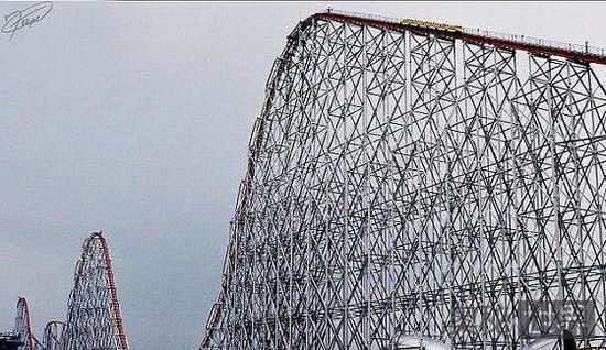 """日本""""钢铁之龙2000""""世界上轨道最长的过山车"""