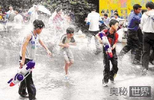 东莞卖身节街上泼水狂欢