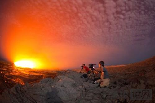 月光下的熔岩湖