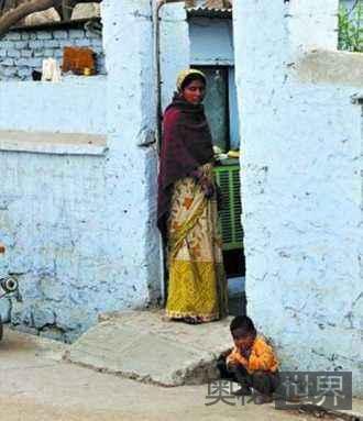 印度村庄禁止村民自由恋爱,禁止妇女用手机