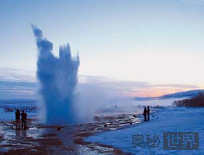 中国西藏雅鲁藏布江的间歇泉