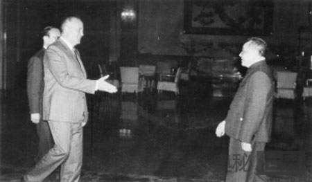 邓小平与苏联人见面只握手不拥抱的原因