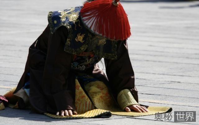 清朝官员叩拜皇帝的时候为何要拍打衣服袖子