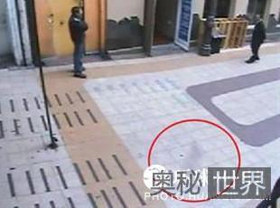 """全球3处监控器拍到""""鬼魂""""漫步商业街"""