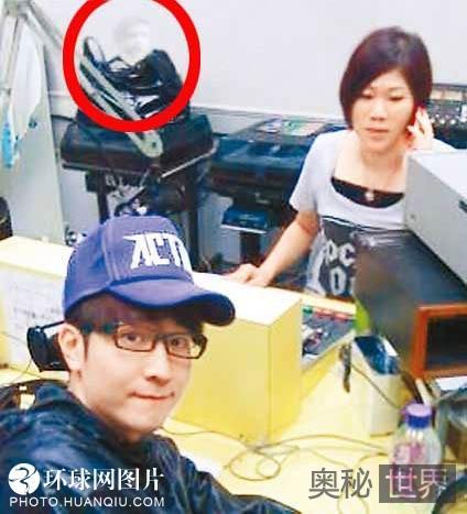 """香港歌手狄易达照片疑现""""鬼影"""""""