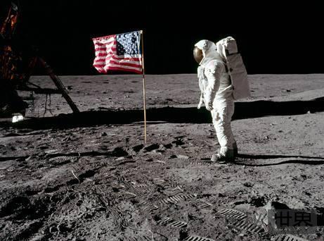 美国首批宇航员登月时曾看到UFO