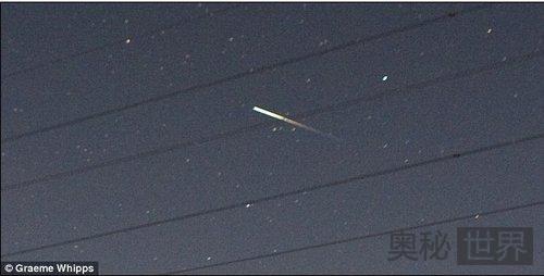 英国目击到神秘发光带绿色尾巴的UFO