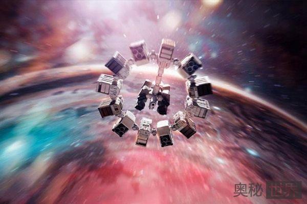 一艘飞船以光速飞行100光年,飞船内的人是否只过了一瞬间?为什么?