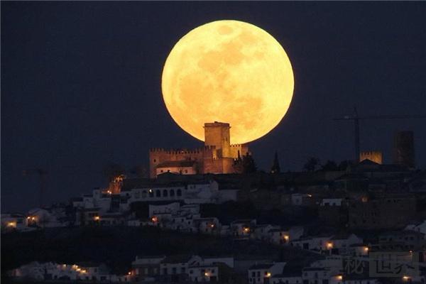 月球为什么不绕质量大的太阳转,而是绕地球转呢?