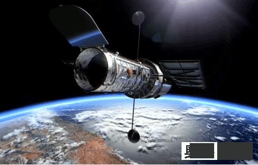 哈勃望远镜史上最强大的光学望远镜,于1990年4月25日发射升空,望远镜长13.3米,直径4.3米,大小相当于一辆公交车,重11.6吨,当时造价近30亿美元。它在距离地面大约550千米的轨道上以2.8万公里的时速沿太空轨道绕地球运行,清晰度是地面天文望远镜的10倍以上。同时,由于身处太空,没有地球大气湍流的干扰,它所获得的图像和光谱具有极高的稳定性和可重复性。    从发射升空至今,哈勃望远镜已经执行了120多万次观测任务,观察了近四万个天体,平均每个月,哈勃都会产生829G观测数据,累计已超过100T。最远的观测目标的是距地球130亿光年的原始星系,这些星系的发出光芒来自大爆炸后刚刚形成的宇宙早期;哈勃望远镜的观测结果还证明了大质量黑洞在宇宙中是普遍存在的,一般在星系的中央位置;宇宙膨胀的精确数据也是从它传回的数据中分析出来的,从而还推算出宇宙年龄为138亿年。截至2015年4月,直接或间接通过哈勃望远镜的成果而发表的科学论文数目,达到12800篇,包括几项问鼎诺贝尔奖的成果。    那么如果用这台强大的机器看地球上的物体,会看多清楚呢?许多人首先想到的是,地球相对于星星太亮了,那些灵敏的感光设备会不会因为地球太亮而被烧毁呢?其实这种情况是不用担心的,事实上哈勃已经对地球做过上千次观测了,当然目的不是为了窥探什么地面目标,而是为了校正那些精密的探测器。只不过对于哈勃来说,它绕着地球转的速度太快,所以观测地球的问题不在于地球太亮,而在于观测目标跑得太快。哈勃空间望远镜的角分辨率大约是0.1角秒,处于550千米的高空以2.8万公里的时速地球飞行。如果把它转过来对准地球,据说它最小可以分辨大约26厘米的物品,但如果遇到阴雨天或者雾霾天,它就什么也看不见了。  哈勃望远镜之所以被发射到太空,就是让它躲开地球大气层的,如果再让它回头透过大气层往地球上面看,实在不符合它的主要功用。  但是能够分辨26厘米也是很高的精度了,那么美国军方会临时征用哈勃来观测地面目标,以获取战区情报吗?其实美国军方并不需要。美国的KH-11锁眼侦察卫星的形状和主镜大小都与哈勃空间望远镜极为相似,但轨道比哈勃更低,所以它对地面的分辨率也比哈勃望远镜更高,最小可以分辨大约15厘米的物体。