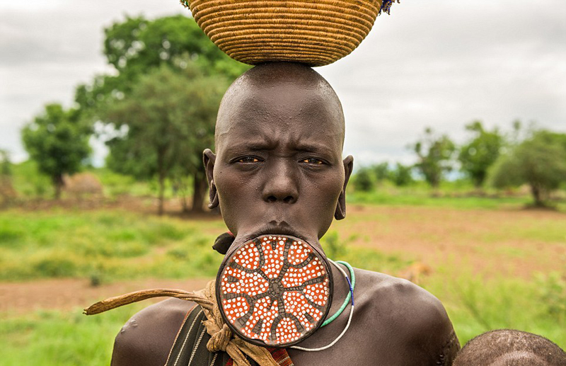 在非洲埃塞俄比亚的莫西族,当一个女性的唇盘尺码加大时,就意味着她已经准备好成为人母。