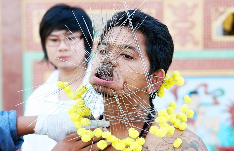 """2012年泰国曼谷""""签子穿嘴""""大赛的优胜者。"""