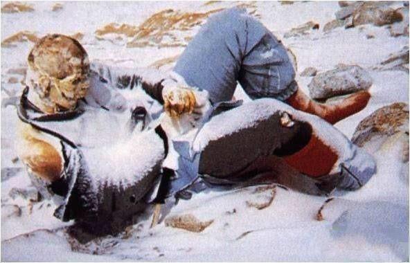 在珠峰上掩埋一具尸体是几乎不可能的事情,只能任其风化分解成骷髅。