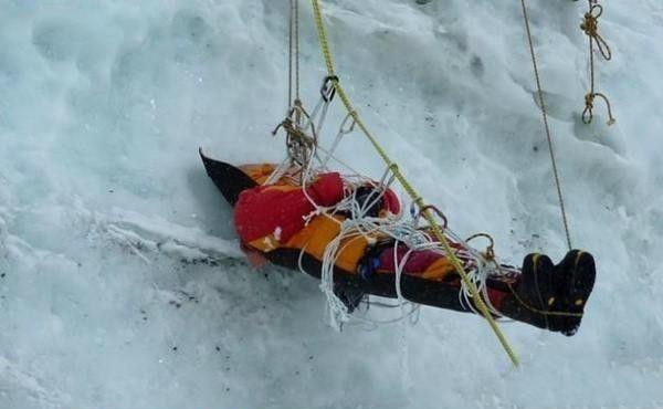 这些悬吊着的棺材往往是攀登者遇到的最大的阻碍。有的时候出现一个小失误,就会让攀登死去。