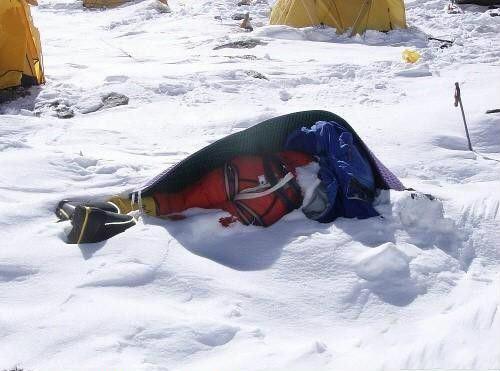 攀登珠峰大概要花费三万到六万美金,甚至花掉你的生命。