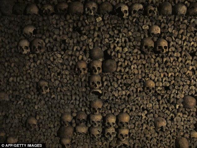 其中很多地下墓穴都不对外开放,所以,探索这些无人监管的地下墓穴是违法的,但它对渴望冒险的精英探险家具有巨大诱惑力。这些地下采石场过去被用于储存数代巴黎人的残骸,目的是解决当时墓地过度拥挤的现状。