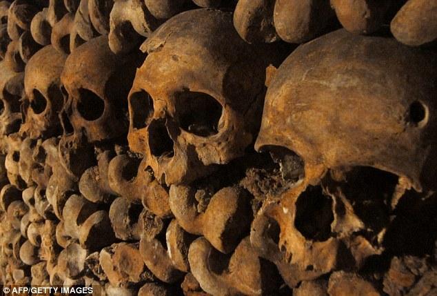"""这座""""光明之城""""的1200万居民,他们的脚下则是600万人的遗骸构成的""""死亡帝国""""。美国有线电视新闻网(CNN)的一部新纪录片曝光了这个""""死亡帝国""""。这些巴黎地下墓穴是个200英里(约合320公里)长、布满年代久远的洞穴、隧道和采石场的地下网,其中许多都装满死者的头骨和骨头。"""