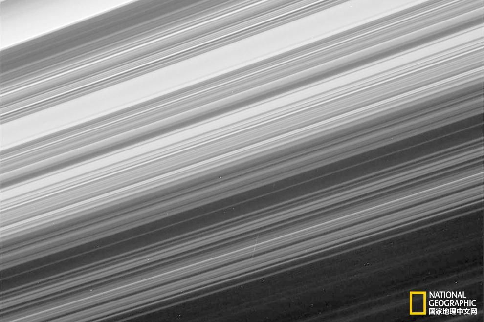 盛大落幕之前,卡西尼号拍到了土星环最近、最具细节的图像。