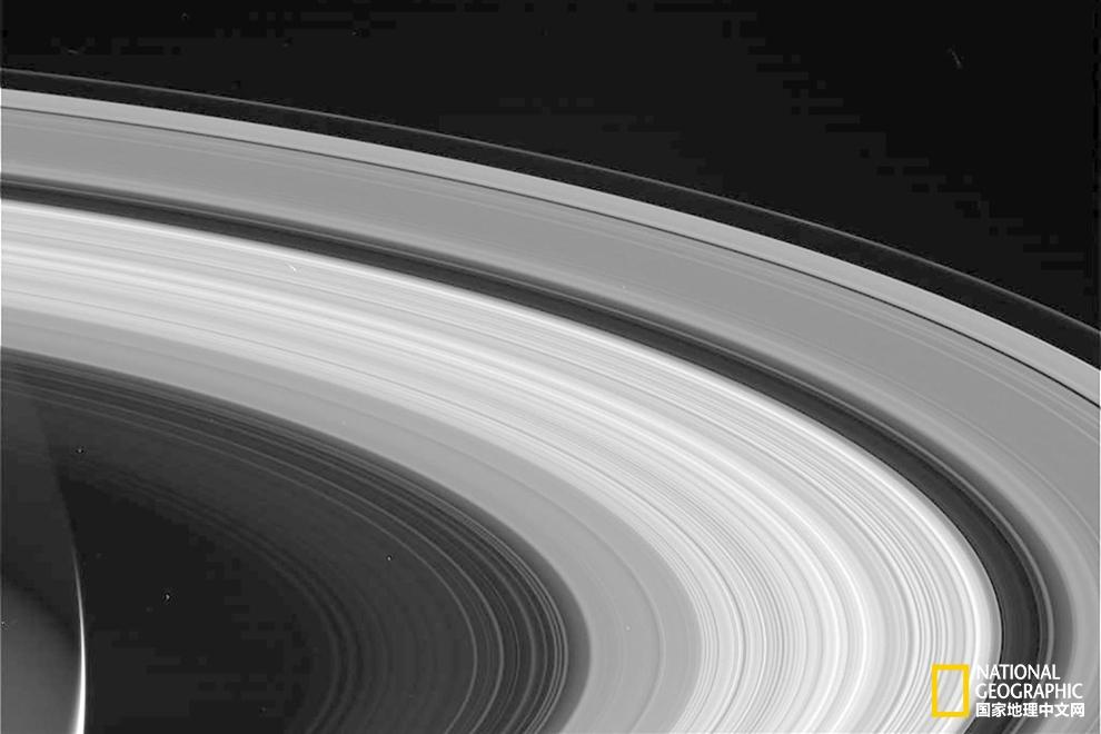 卡西尼号传回的最后一批图像中,土星环在无垠的宇宙中静静地舒展着。