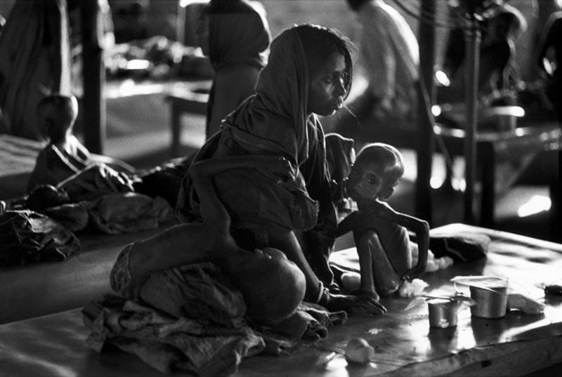1971年,位于印度的孟加拉难民营,因饥饿而极其瘦弱的男孩。