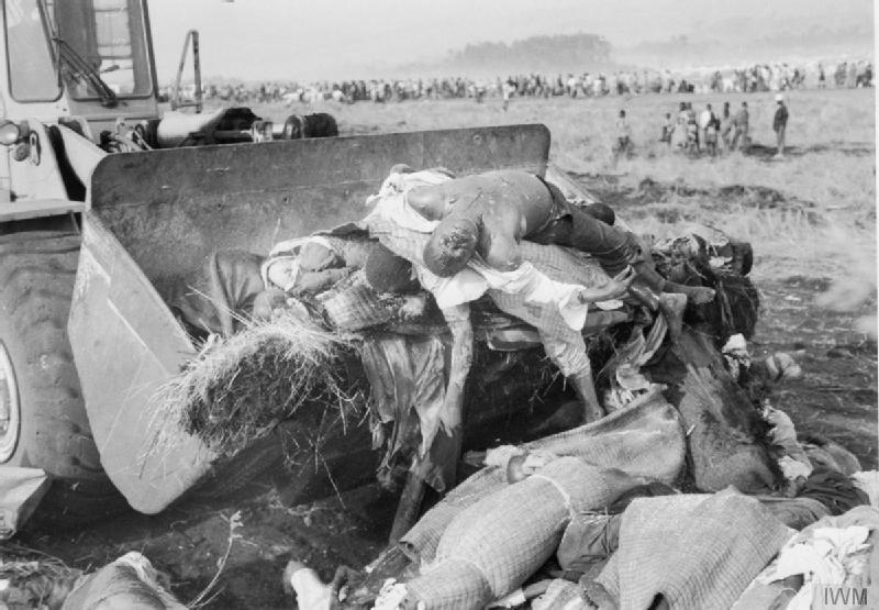 1994年8月,由于死亡的难民太多,不得不使用推土机来掩埋死亡的胡图族难民。