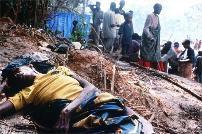 1997年在卢旺达难民营中死去的妇女。