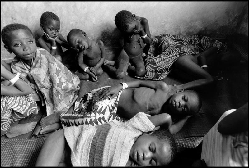 卢旺达戈马难民营中的儿童,他们许多都是孤儿。