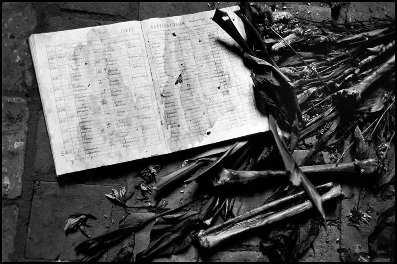 在一处教堂内,一些图西族难民与温和胡图族难民遭到屠杀。