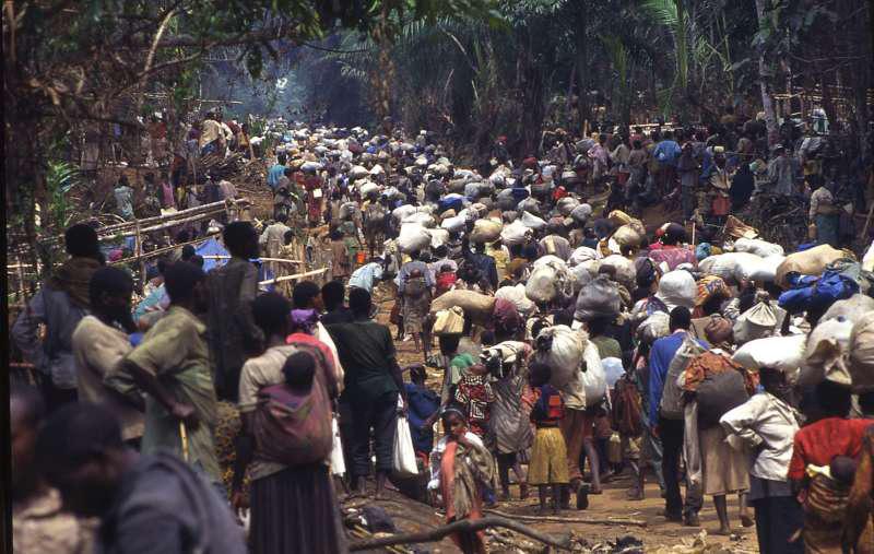 逃亡中的胡图族难民