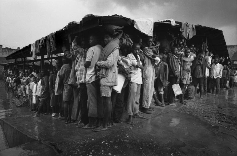 1994年胡图族难民避难所。