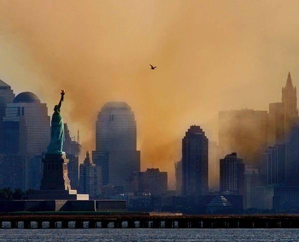 """曼哈顿上空的硝烟:迄今为止,最让人难忘的还是2001年基地组织发动的""""9·11""""恐怖主义袭击。"""
