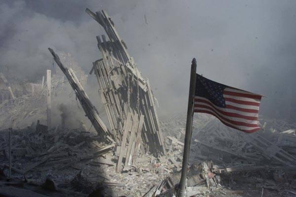 """""""9·11""""发生后,世贸双塔仅剩下数堆碎石,数以万计的纽约人和华盛顿人以及飞机上无辜的乘客都成为这次恐怖主义袭击的牺牲品。"""