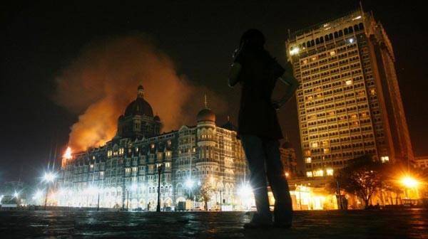 2008年11月,印度孟买遭到一群恐怖分子袭击。在这次袭击中至少167人死亡,290多人受伤,袭击共持续了60个小时。图中显示的就是当时泰姬酒店冒出的浓浓红烟。