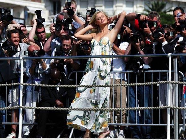 富家女帕里斯·希尔顿在2005年的戛纳电影节上吸引无数媒体的目光。当时她正为自己的新片《风云才女》作宣传。