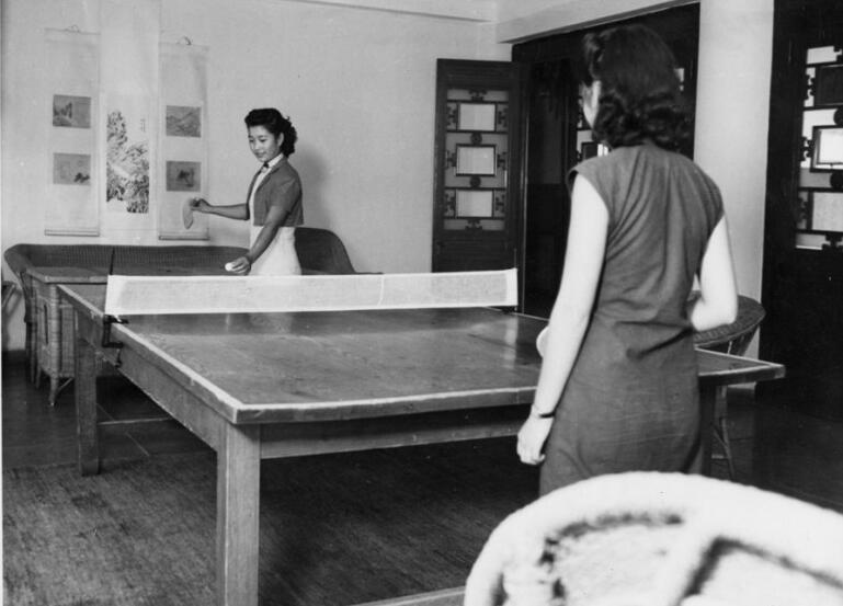 """燕京大学女生在打""""桌球""""。"""