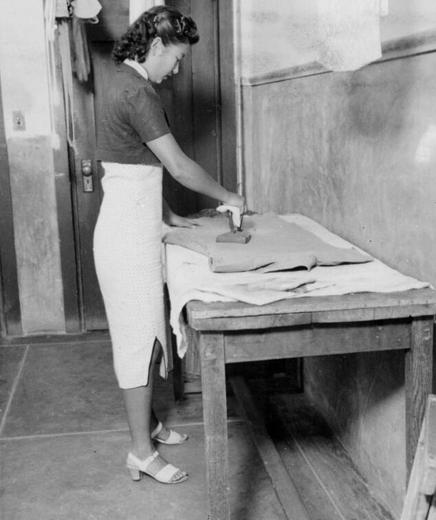 1941年宿舍内的熨衣间。