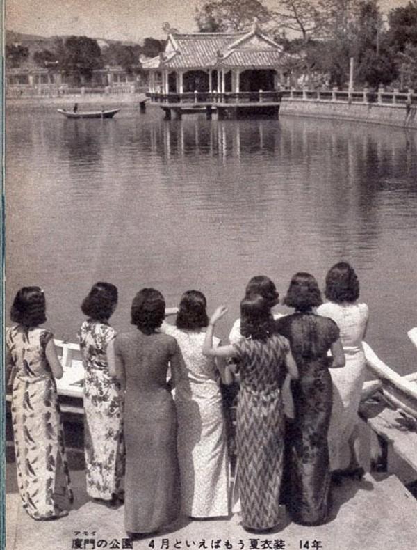 8位穿着各色旗袍的女性在厦门的公园(1939)
