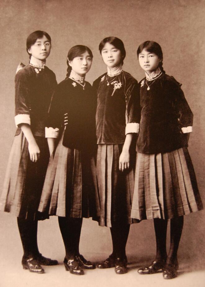 1916年,12岁的林徽因(右一)与表姐妹们身穿北京培华女子中学的校服合影。