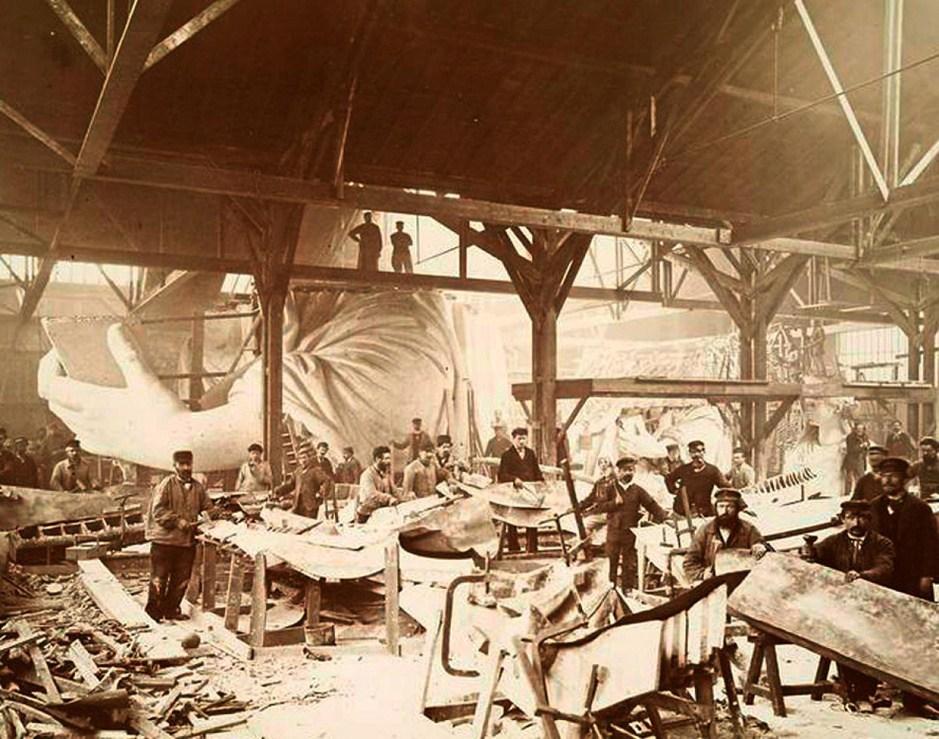 1883年,法国一工厂的工人们正在忙着制作自由女神像的各个部分