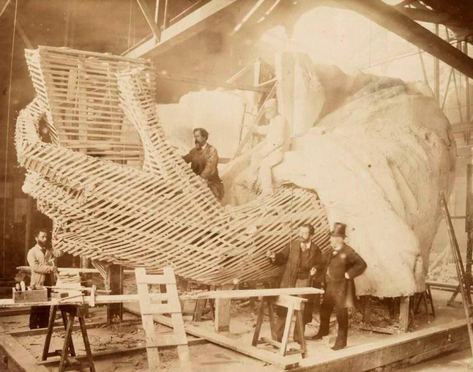 1883年,工人们正在制作自由女神像的手