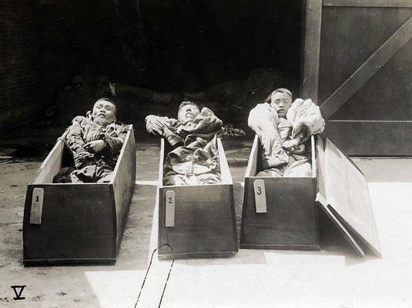1927年,三个简单棺木中装着在上海暴动中丧生的蒋介石的士兵尸体。 据一位把小型战争也计算在内的历史学家介绍,仅四川一省在这段时期就发生了400余次内战。