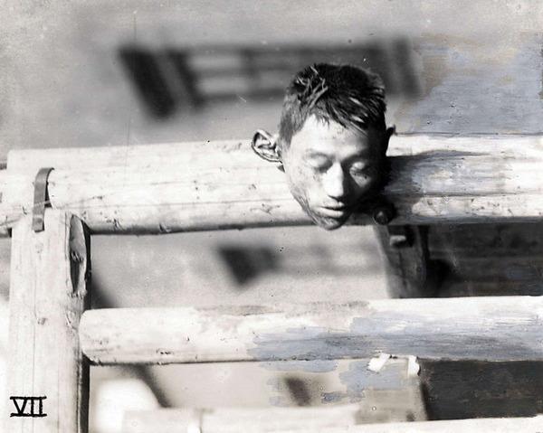 """1927年,上海,街上一个被砍下的头颅。死者有可能是""""四一二""""政变中遇难者。"""