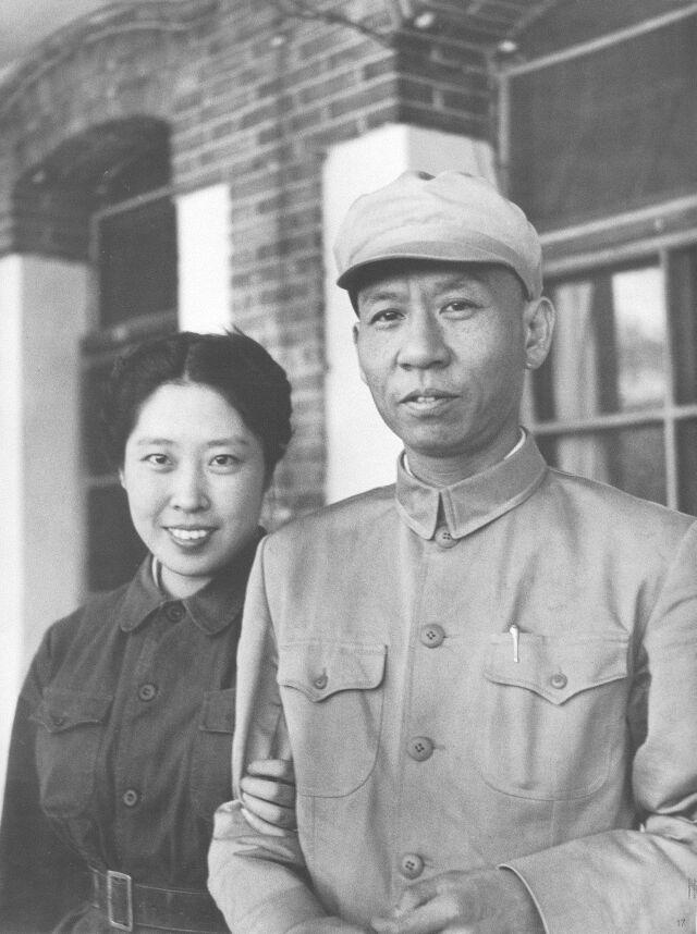 1949年,刘少奇和王光美在香山。